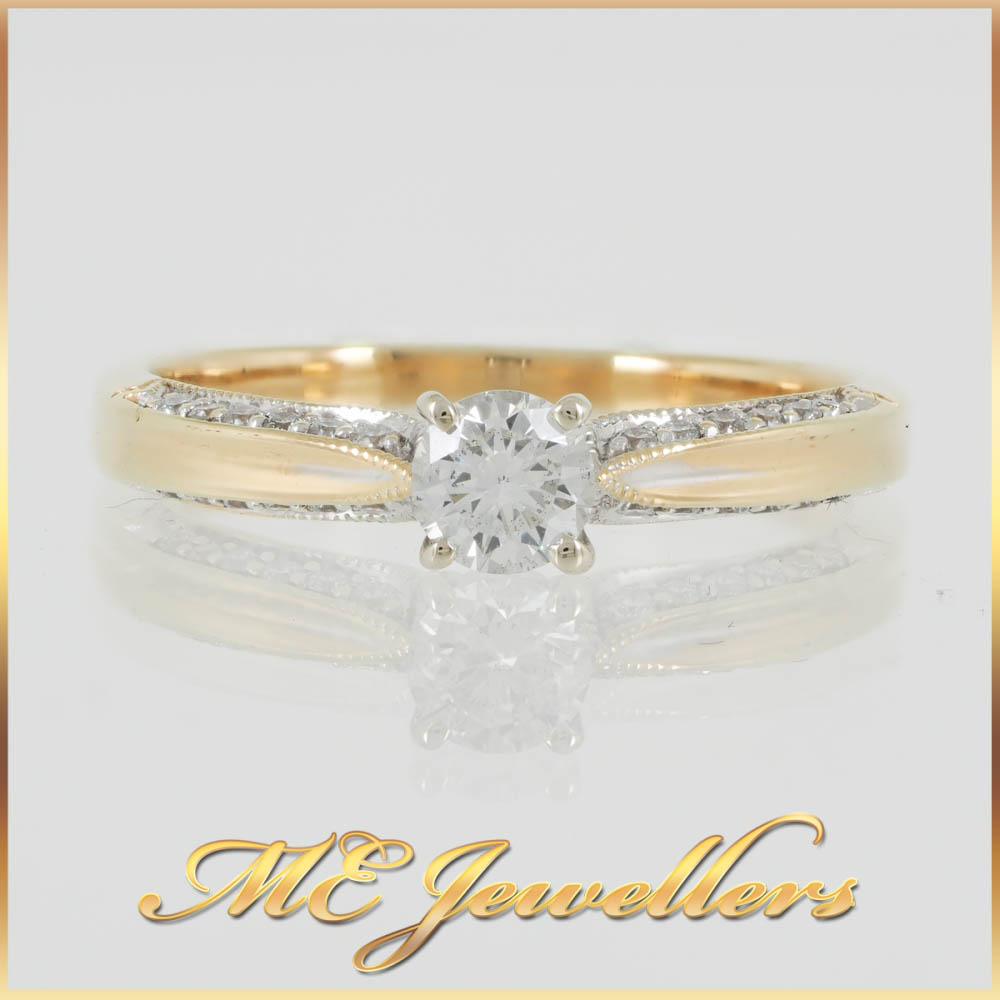 Solitaire Engagement Ring w. Side Diamond Accents Gold